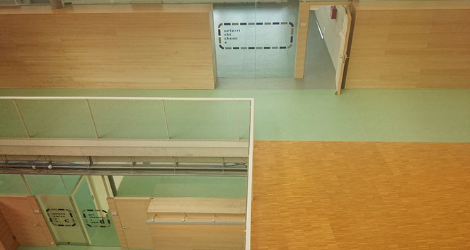 Korridor, Ebene +1, Aula und Klassenzimmer.