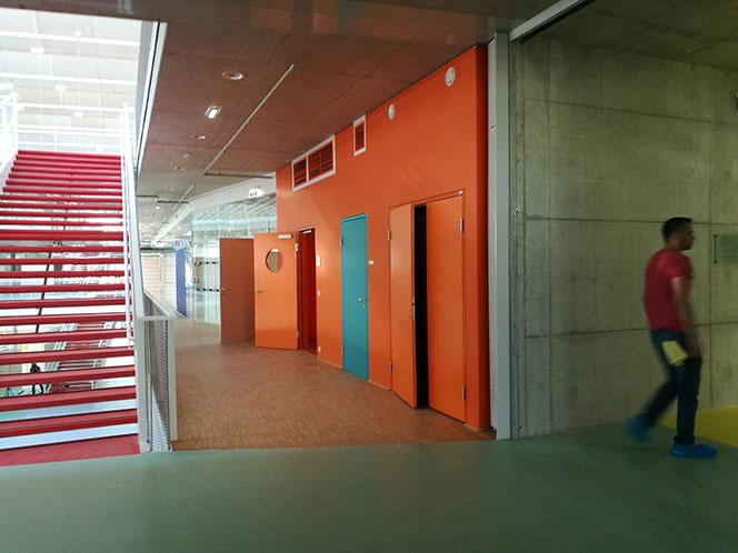 Ebene +1, Aula, Eingang Lehrer*innen-Garderobe und WC.