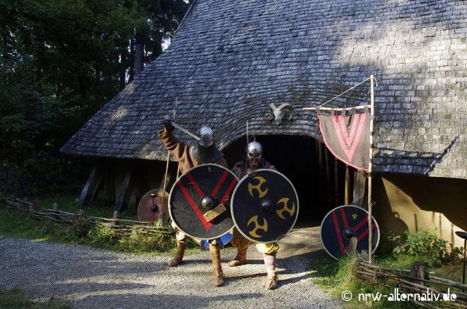 Zwei Kämpfer vor Langhaus im Archäologischen Freilichtmuseum Oerlinghausen