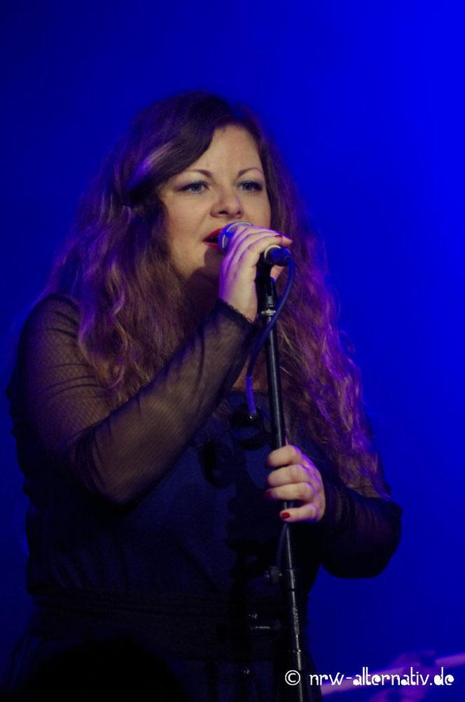 Sängerin von Irfan am Mikrofon auf dem Autumn Moon in Hameln 2019.