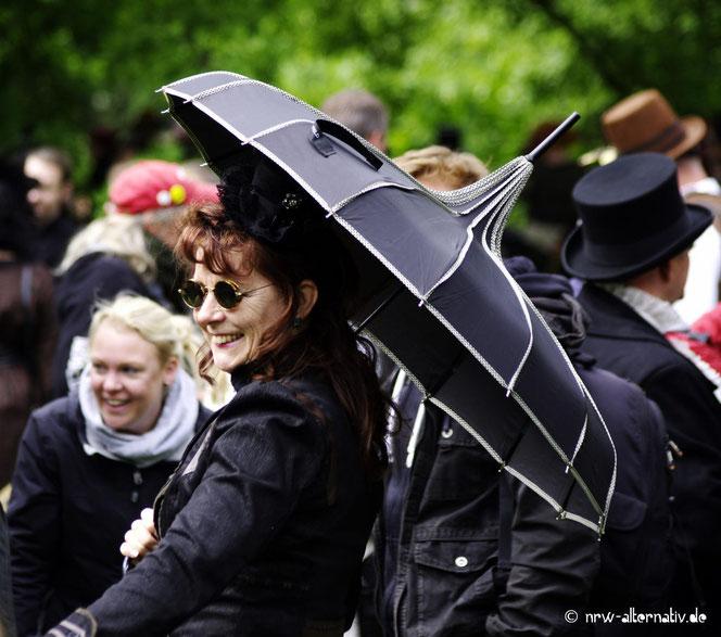 Bild vom Wave-Gotik-Treffen 2016: Frau mit Regenschirm in Schwarz