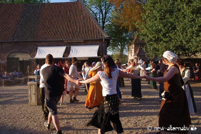 Fast wie anno dazumal: Tanzen auf dem Tavernenplatz im Kloster Graefenthal
