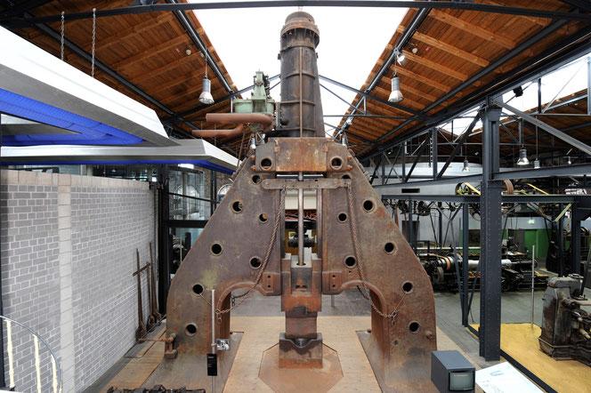 Ganz schön wuchtig: Der zehn Meter hohe Dampfhammer in der Dauerausstellung  des Industriemuseums in Oberhausen.