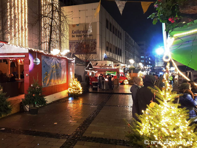 Bunte Fähnchen und Glitzerkugeln passen doch auch gut zum Weihnachtsbaum, oder? Gesehen bei Anis und Zauber, dem veganen Wintermarkt. Noch bis Ende Dezember in Duisburg an der Münzstrasse.
