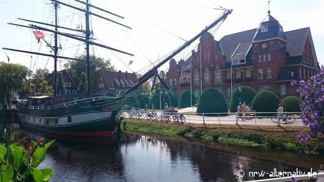 Rathaus von Papenburg auf dem Emsradweg.