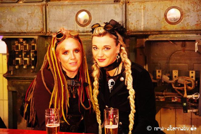 Zwei Steampunkerinnen in der Bochumer Jahrhunderthalle