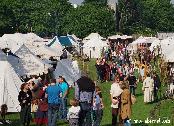 Menschenmenge und viele Zelte auf dem Mittelaltermarkt in Mühlheim.