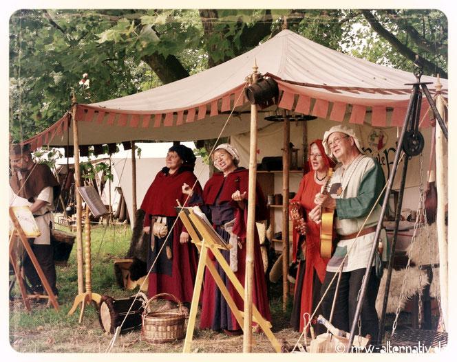 Spielleute singen und spielen vor Burg Vondern.