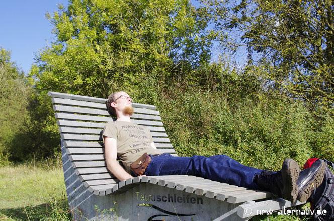 Entspannen auf einer großen Bank während des Wanderns.