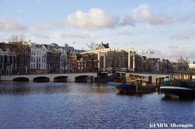 Die Magere Brug in Amsterdam ist angeblich die schönste Brücke über die Amstel.