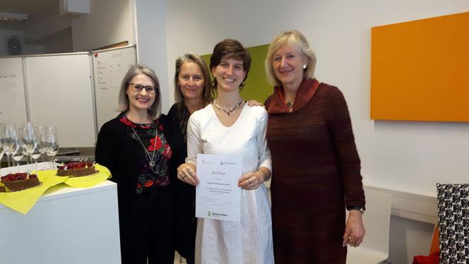 Zertifikatsübergabe mit Mag. Martina Kronthaler, Mag. Birgit Pulte und Dr. med. Ursula Volz-Boers (v.l.n.r.)