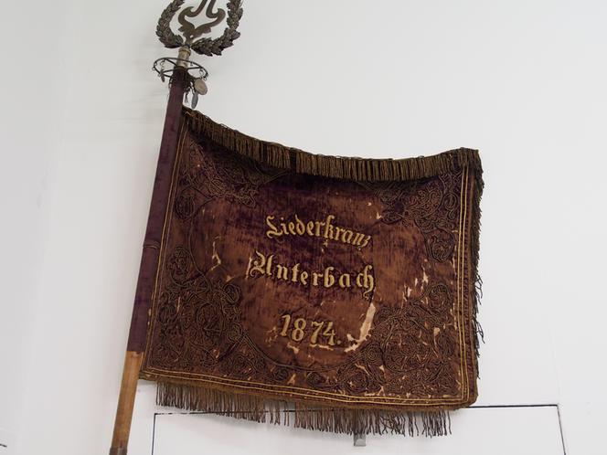 Bild: Vereinsfahne von 1874 mit Mast und Fahnenspitze