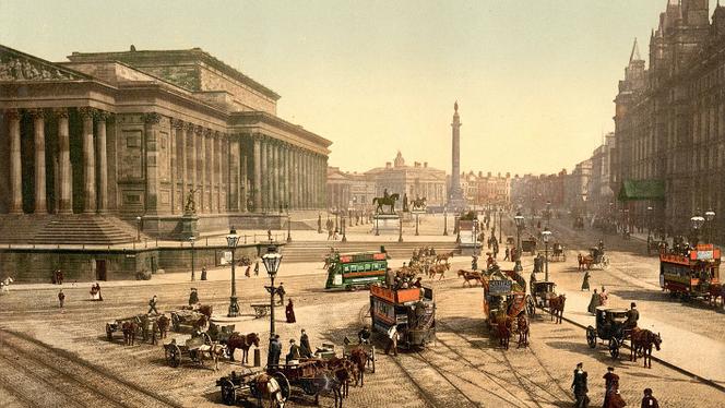 Lime Street dans les années 1890, à gauche le St.George's Hall, à droite l'hôtel Great North Western, au milieu les colonnes de Victoria et du Duc de Wellington.