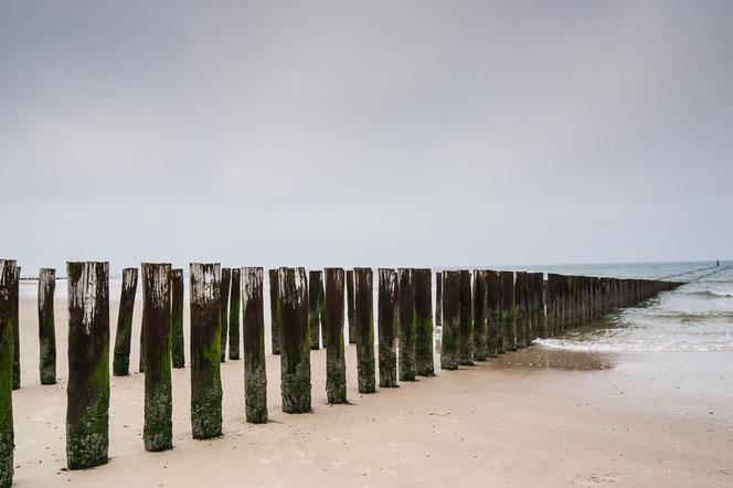 Paalhoofden op het strand van Domburg. Diagonaal. Compositie