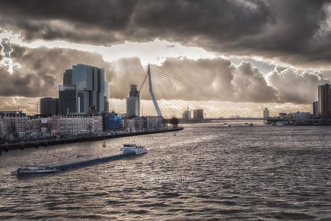 Erasmusbrug, Rotterdam onder dreigende wolken