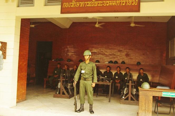 ワットプラケオ・Wat Phrakeaw(エメラルド寺院)には 軍が常駐。タイの軍人の写真 バンコクのエメラルド寺院・ワットプラケオ・Wat Phrakeawにて