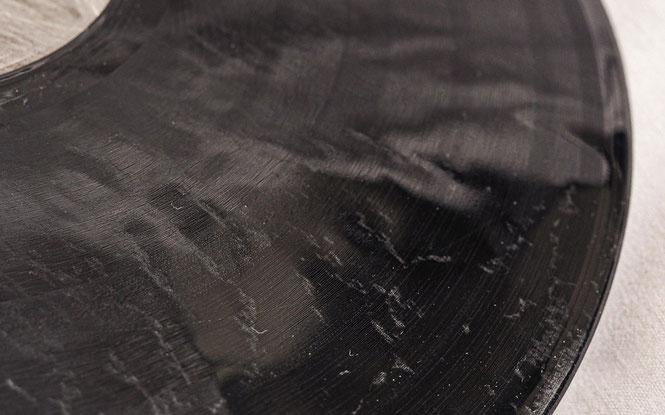 beschädigte Schallplatte durch Wärme mit deutlichen Flecken auf der Rillenfläche