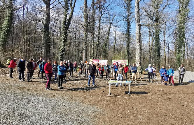 Rassemblement avant le départ de la Borne 12 d'une quarantaine de randonneurs pour la Journée Internationale des Forêts La République des Pyrénées a repris quelques points sensibles développés durant la journée au Bager d'Oloron - 21 mars 2021