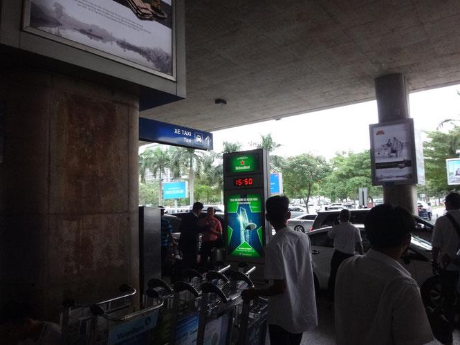 まだ左に歩きます。ここまでで2,3回は「タクシー?」と聞かれているはずです。すべて無視してください。Source: onegai kaeru