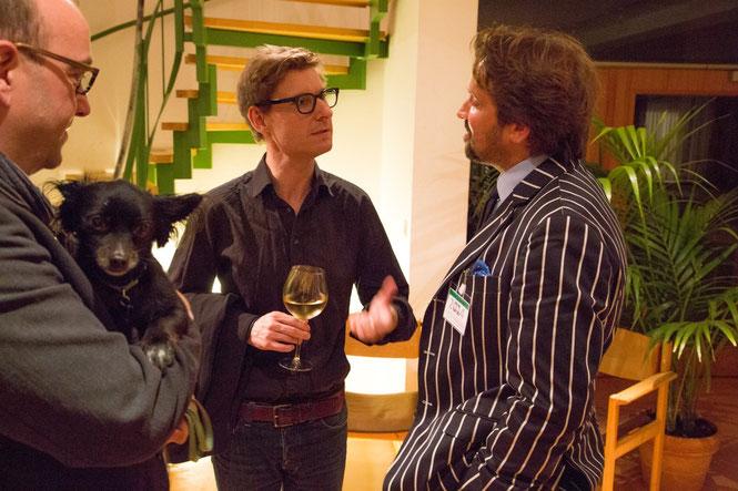 Im angeregten Gespräch: Der Künstler (Mitte) mit Beiratsmitglied Arne Bartels und dem Chefdramaturgen Frank Siebert (mit Hund Freddy).