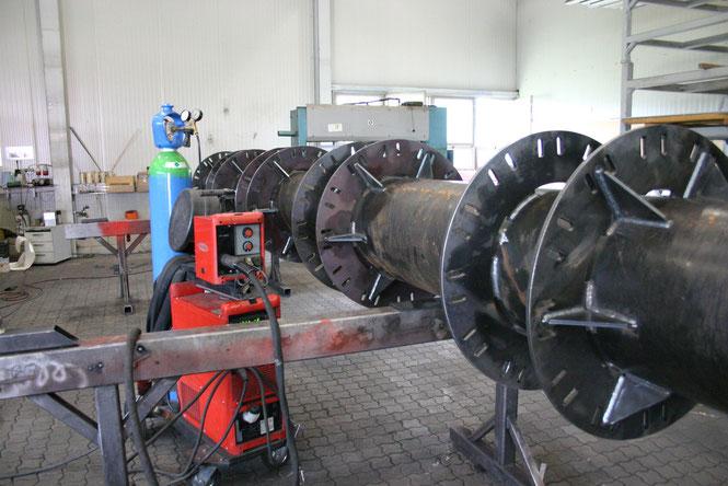Massive Stahlkonstruktion für den Werbeturm. Schweißarbeiten von bestens ausgebildeten Schloßern. Produktion exakt nach statischen Erfordernissen und behördlichen Vorschriften