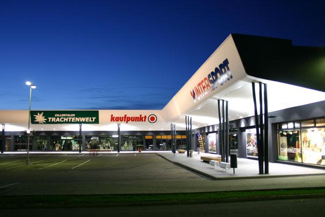 Die Werbung im FMZ Unterwart fertiggestellt. Werbeturm rund mit Acrylfronten aufgestellt und angeschlossen. Werbeanlagen am Gebäude mit Backlitebanner bespannt und ausgeleuchtet.