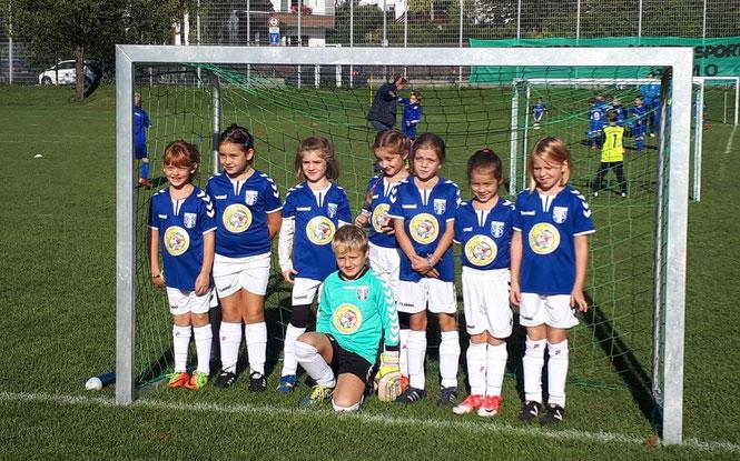 Mädchenmannschaft Fussball-Club Schliengen mit Popcorn-Werbung. Sponsor Popcorn-World