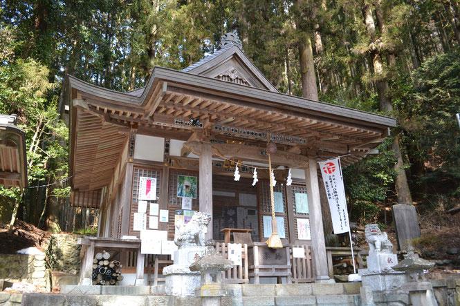 檜原村の九頭龍神社は、開運と縁結びで知られています