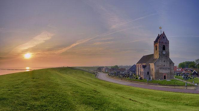 519 Kerkje Wierum Friesland bij zonsopkomst
