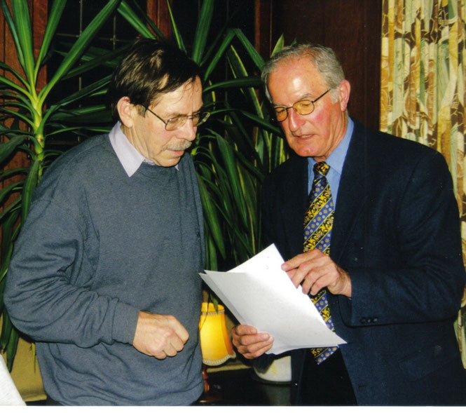 Rolf Haferkamp (links) übernimmt im Jahr 2001 den LGV-Vorsitz von Gründungsvater Christoph Müller (Foto: Reifferscheid)