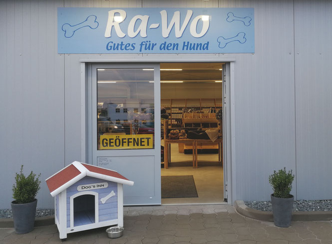In unserem großzügigen Ladengeschäft kaufen Sie Gutes für Ihren Hund in Ruhe ein