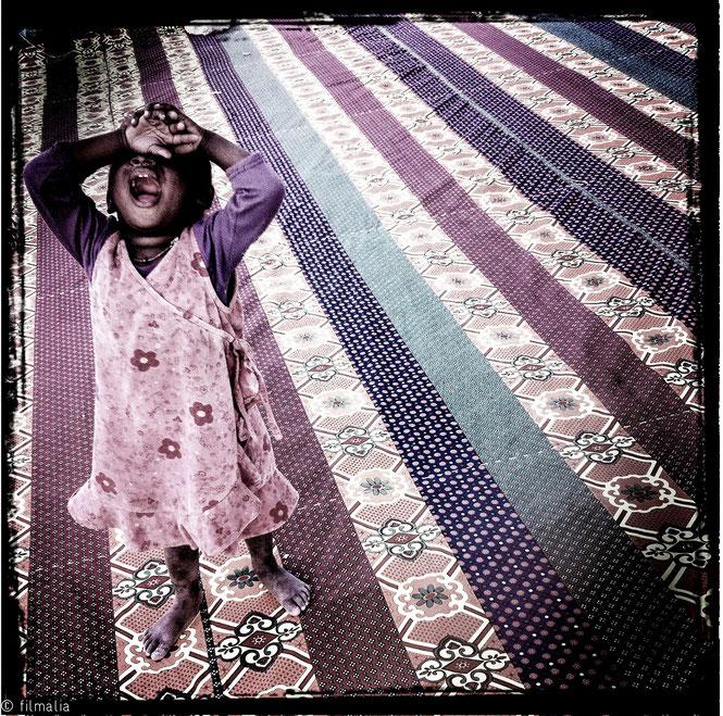 Nouakchott. Mauritania. alfombra, niña