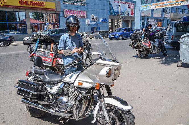 Begleitservice eines russischen Bikers mit amerikanischen Polizeimotorrad