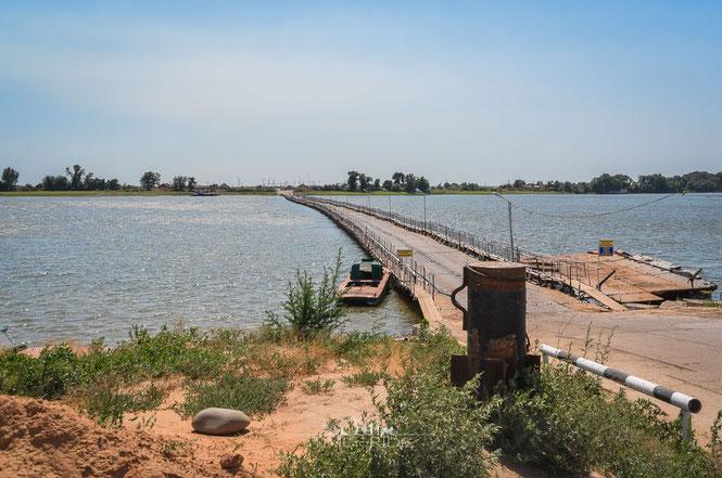 Schwimmende Brücke über einen der Wolga-Arme - Neuland für uns und unsere Motorräder.