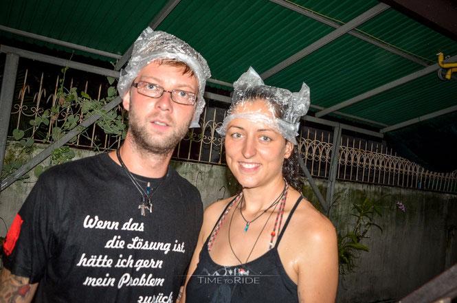 Regenzeit in Bangkok. Da braucht man desöfteren eine improvisierte Kopfbedeckung.
