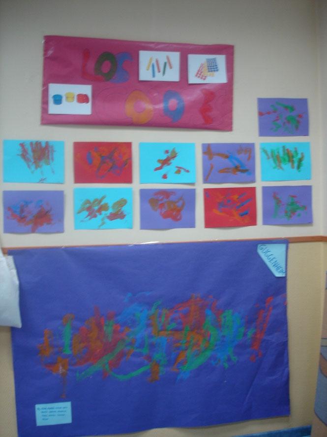Hemos visitado el museo de arte Guggenheim. Los niños han reflejado su creatividad pintando con sus manos llenas de témpera. Tambien con algunos pinceles. La actividad se realizó con niños de 2 años.