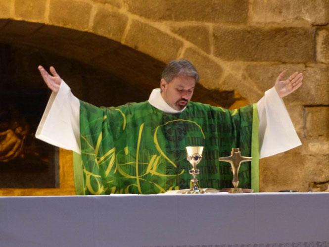 Action de grâce du P. Tanneguy pour la fidélité de Dieu en Jésus son Fils devant la croix offerte  par la paroisse de Réo, occasion de communion avec nos frères et soeurs du Burkina Faso