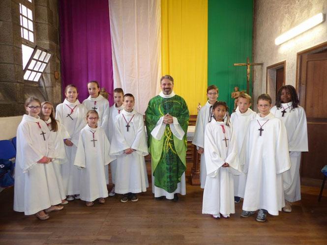 Belle équipe de servants d'autel autour du célébrant avec les nouvelles tentures de la sacristie de Saint Melaine