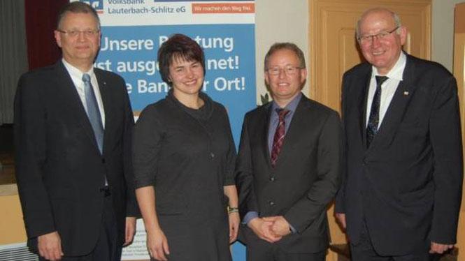 Volksbank-Vorstand Alexander Schagerl mit den Referenten Johanna Zintl und Raffael Pultke sowie Landtagsabgeordnetem Kurt Wiegel
