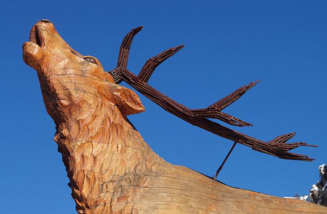 Haut d'une statue située dans un rond-point représentant un Mâle de cerf élaphe bramant à Valloire
