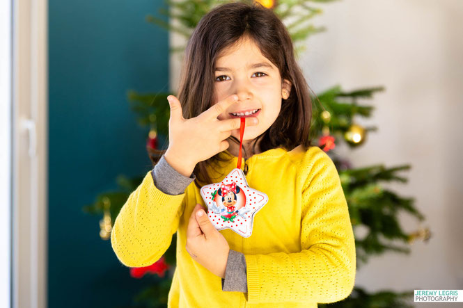 Photo d'enfant décorant le sapin de Noël - Jérémy Legris Photographe - Grenoble