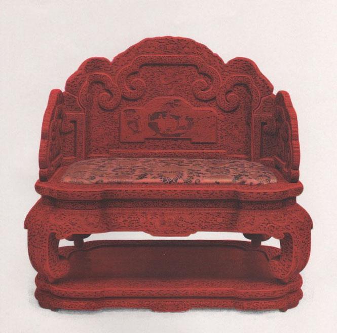 Robert Lockhart HOBSON. Cent planches en couleurs d'art chinois. Trône de l'empereur K'ien-long. Laque rouge sculptée, ajourée sur vert-olive, brun et jaune. Ts'ing.