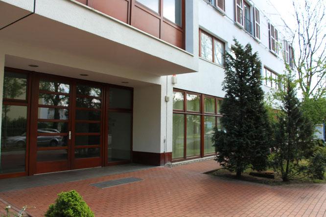 Blick auf den Eingang des Gebäudes der Winckelmannstrasse 81 in Berlin - Johannisthal, ebenerdiger Zugang zur Praxis Ziener in Ber