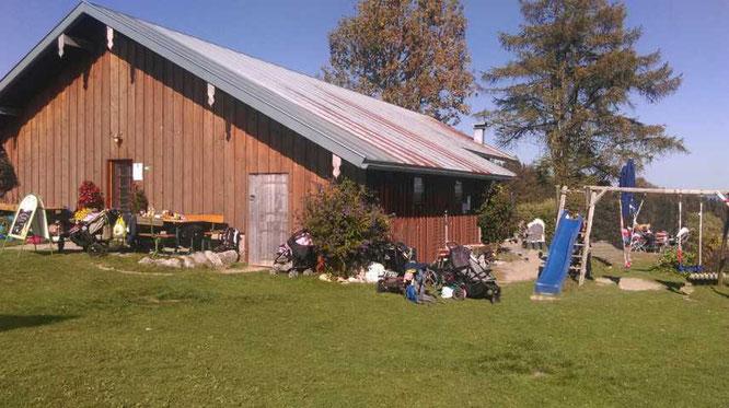 Hütte mit Spielplatz und Tieren zum streicheln