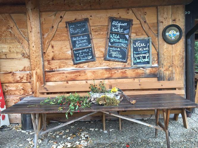 liebevolle Speisekarte am Eingang zum Kinderrestaurant im Allgäu