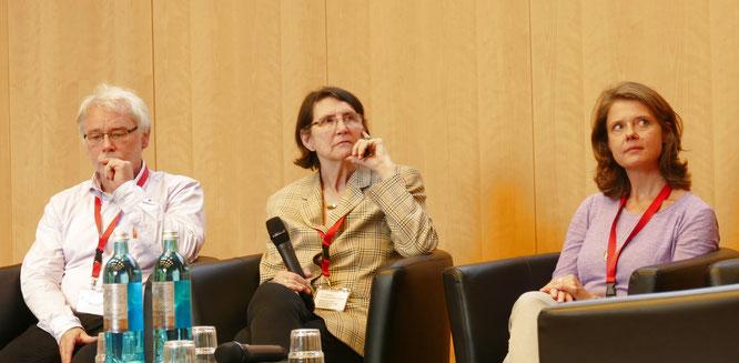 Nachdenkliche Experten auf dem Podium v.l.n.r.: Hans K. Müller; Gisela Bockenheimer-Lucius und Susanne Lammertz