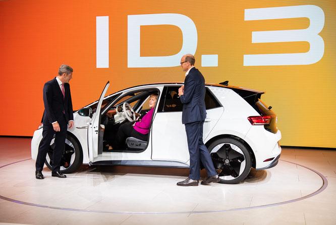 Bundeskanzlerin Merkel am Stand von VW ID.3 © dokubild.de / Friedhelm Herr