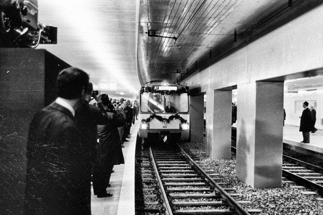 Der erste Zug der U-Bahn-Linie A1 am Eröffnungstag 4. Oktober 1968 im U-Bahnhof Hauptwache | Bildquelle: © vgf