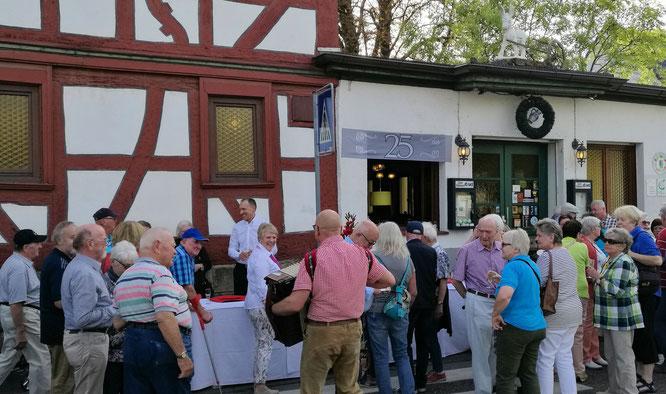 25. Jubiläum im Lahmen Esel Frankfurt - Thomas Metzmacher und Team begrüßen die ersten Gäste © Klaus Leitzbach/frankfurtphoto