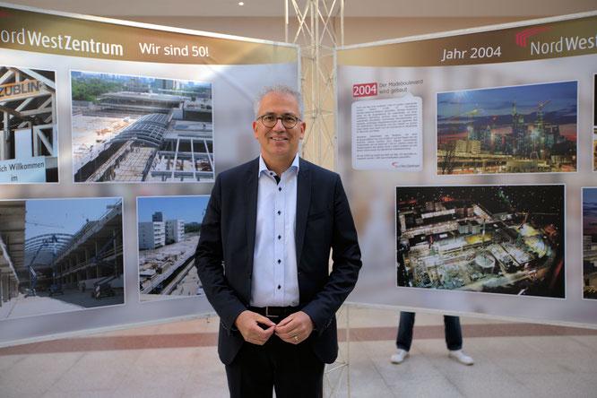 Wirtschaftsminister Tarek Al-Wazir beim Rundgang im Nordwestzentrum © Klaus Leitzbach/FRANKFURT MEDIEN.net